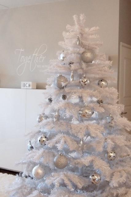 Kaunis valkoinen joulukuusi (Oma koti valkoinen-blogi).jpg