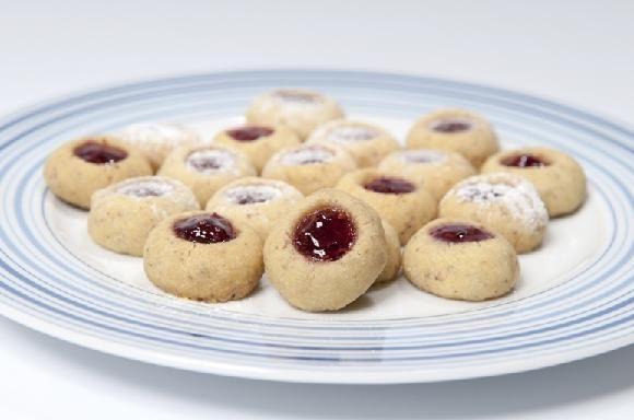 Husarské koláčky plněné pikantní marmeládou  300 g hladké mouky, 100 g ořechů, 200 g másla, 1 vanilkový cukr, 2 žloutky