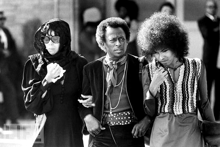 "фото Mahzen Gallery    Miles Davis and Devon Wilson at Jimi Hendrix's funeral, in Renton, Washington in Greenwood Memorial Park on October 1, 1970    ""Джими Хендрикс вышел из блюза, как и я.  И поэтому мы сразу поняли друг друга. Он был блюзовым гитаристом"" - Майлз Дэвис.      ""Jimi Hendrix came from the blues like me. We understood each other right away because of that. He was a blues guitarist."""