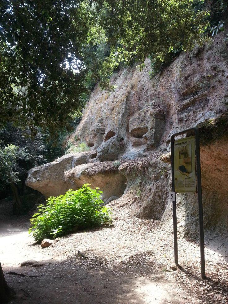 Parco Archeologico Città del Tufo. A Sovana, piccolo borgo Dell Etruria, si respira aria di tufo e aria di Etruschi