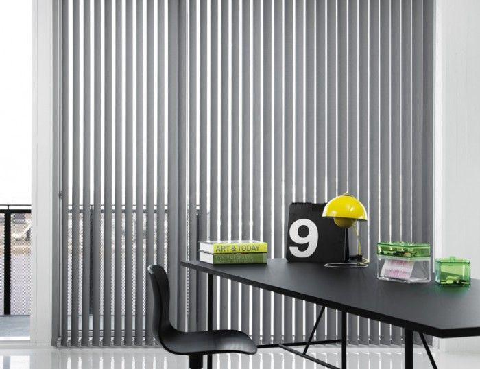 Verticale w biurze, żaluzje pionowe do biura od MK Studio. Aranżacja biura, wnętrze biura, kolor szary