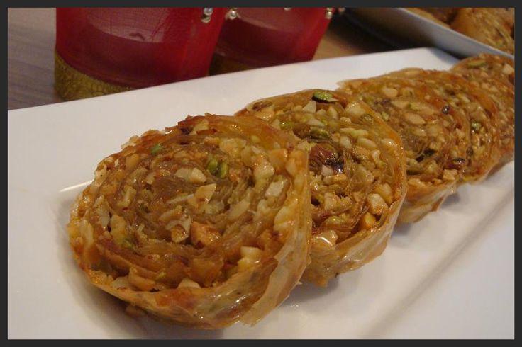Deze pistache-amandelrol ziet er prachtig uit en smaakt heerlijk zoet en knapperig. Het recept heb ik uit een kookboek dat ik in Marokko he...