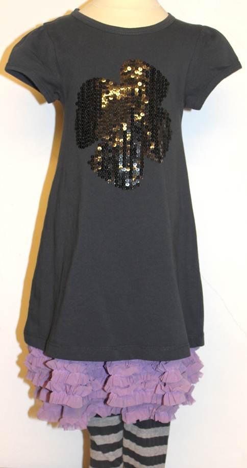 Grå paliet kjole, lyselilla tyll nederdel og gråstribede leggings. Find sættet her:   http://www.tankestrejf.dk/category/pige-55/