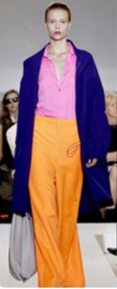 Синие брюки, розовый топ, оранжевый кардиган, серые туфли