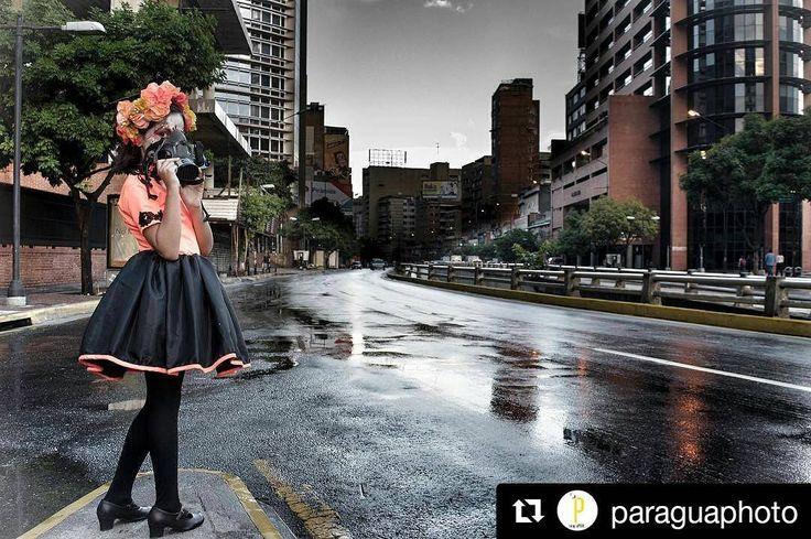 Publicación de  @paraguaphoto Muy buena imagen para un mejor mensaje #ccs #Caracas #caminacaracas  Caracas tóxica. Érase una vez una ciudad que ya no es. Una que como todas mutó. Donde el rojo de las tejas de sus casonas coloniales desde hace mucho tiempo pasó a pintar sus calles avenidas y autopistas. Rojo sus ojos rojas sus cifras de fallecidos los fines de semana rojas las huestes que la pueblan y esgrimen causas políticas que dividen roja su sangre. Leonardo Padrón en una de sus crónicas…