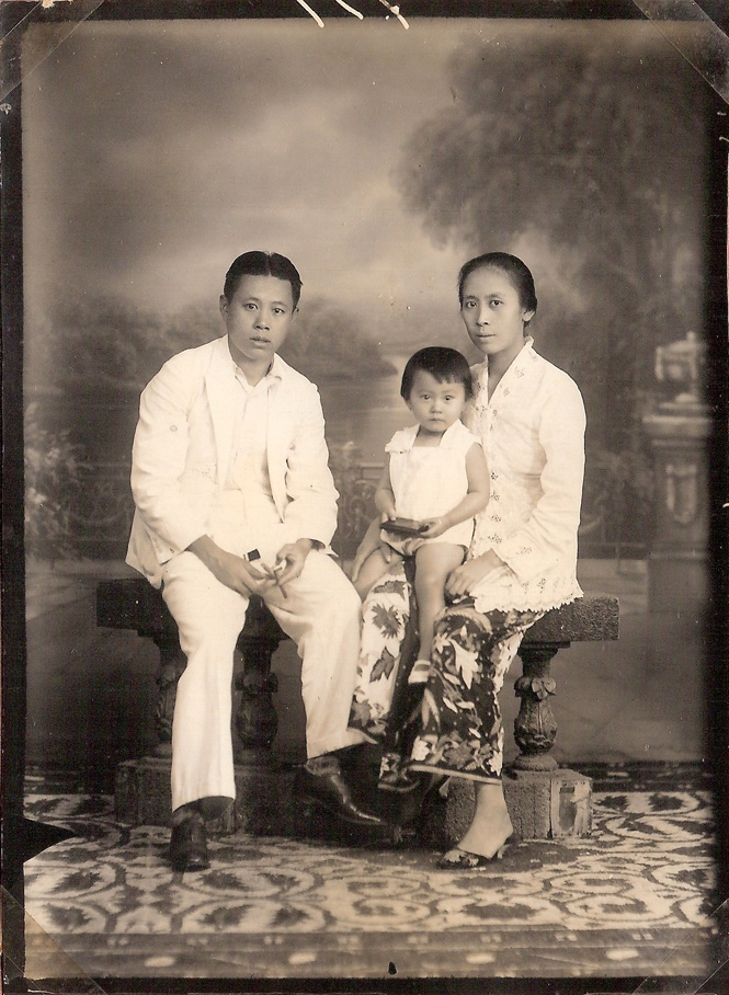 Photo of early Peranakan family from Bandung Indonesia