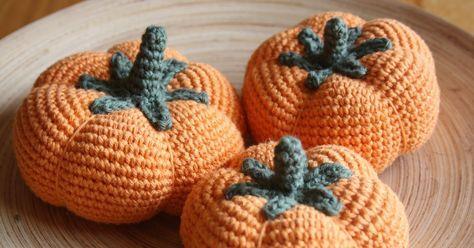 Snart är det Halloween och här fár ni ett enkelt mönster till pumpor.    LITEN PUMPA:  Varv 1: Gör 6 fm i en magisk ring  Varv 2: 2 fm i...