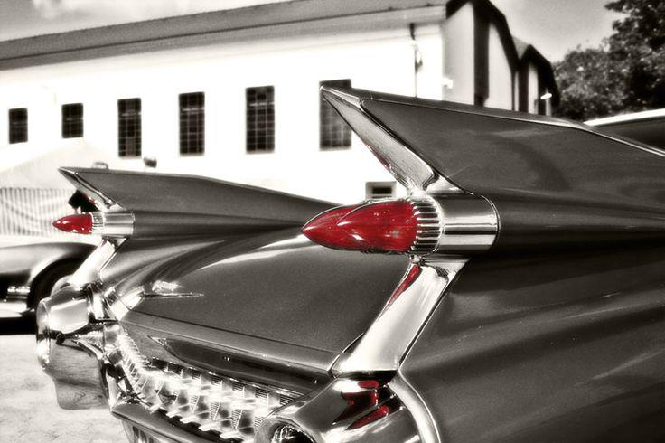 Cadillac mit Heckflosse und Licht in rot