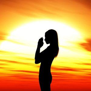 La guida completa alla pratica del saluto al sole nello yoga. Scopri tutto su Surya Namaskara la storia, cosa è, come si fa, le serie ed i benefici.