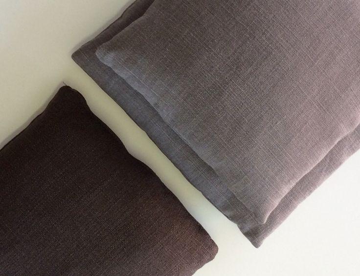 Cuscini in misto lino. N.01 cm. 30x30 colore grigio viola. N.01 cm. 30x30 colore mosto. N.01 cm. 35x35 colore mosto.