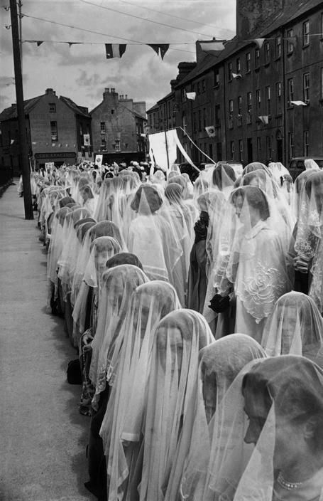 Henri Cartier-Bresson - Corpus Christi procession, County Kerry Tralee, Ireland, 1952. Perfección