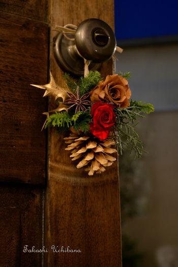 小ぶりなスワッグをドアノブに。クリスマスらしくなりますね。