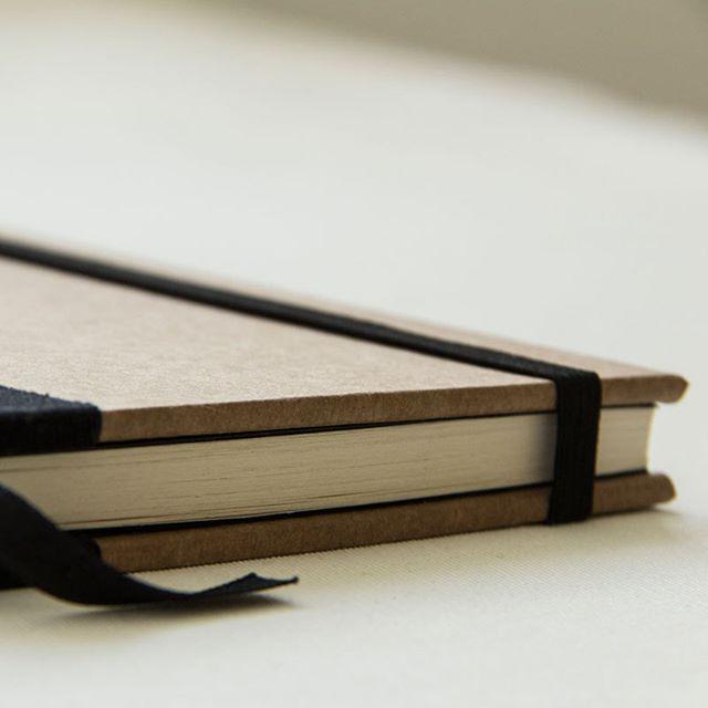 Um papel que não leva nenhum branqueador químico em seu processo de produção merece nosso respeito né! Paixão por papel kraft!  #kraftpaper #bookbinding #handbound #handmadebooks #makersmovement