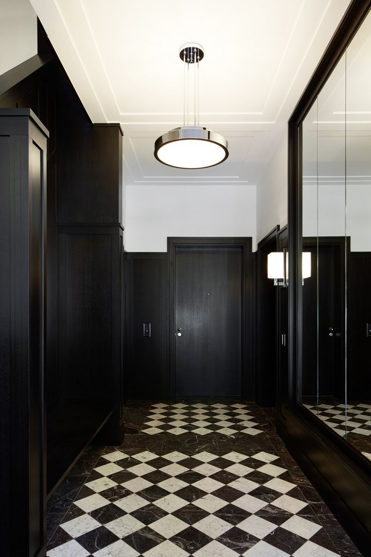 Eingangshalle Haus Weyhe: schwarz weiße Marmor Böden schmücken den Flur, die Wände sind mit schwarz gestrichener Holzvertäfelung veredelt - Ralf Schmitz Immobilien