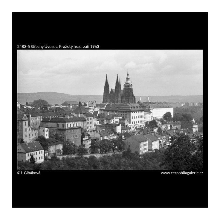 Střechy Úvozu a Pražský hrad (2483-5) • Praha, září 1963 • | černobílá fotografie, pohled od památníku národního písemnictví, Pražský hrad, Úvoz, střechy, panorama |•|black and white photograph, Prague|