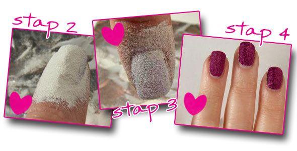 Wat heb je nodig? - Je favoriete kleur nagellak - Embossingpoeder of zand - Make-upkwastje  Wat moet je doen? Stap 1: lak je nagels in je favoriete kleur Stap 2: strooi als de nagellak nog nat is een laagje poeder over je nagels. Stap 3: als je nagellak droog is, kun je het teveel aan poeder makkelijk van je nagels afblazen. Als dat niet lukt, kun je ook een make-upkwastje gebruiken. Stap 4: breng nog een laagje nagellak aan, zodat de poeder dezelfde kleur krijgt als je nagellak.