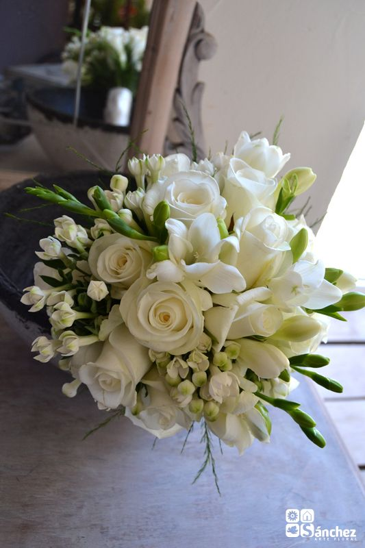 Bouquet clásico de rosas Akito y bouvardia y Fresia blanca