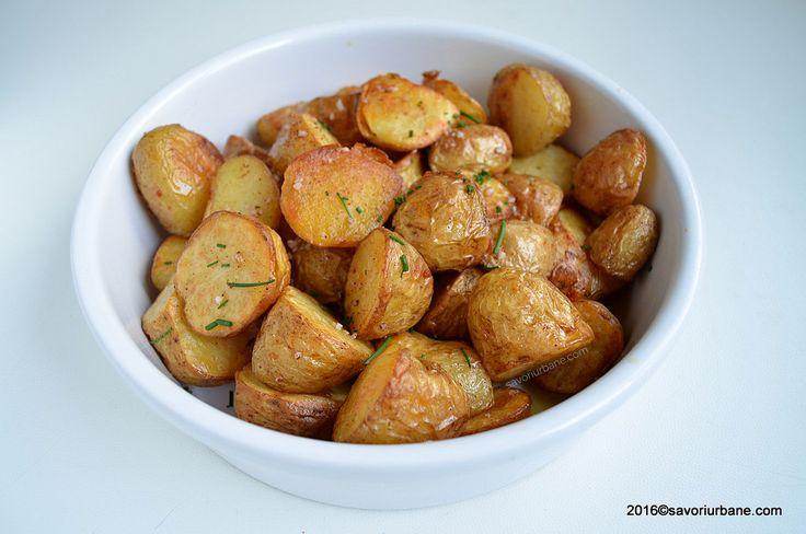 Cartofi noi la cuptor - aurii si gustosi. De-abia astept, in fiecare an, sezonul cartofilor noi. Imi plac extrem de mult si prajiti clasic (in baie de ulei