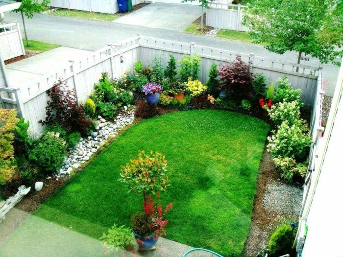 Vorgartengestaltung in einem kleinen Garten mit Kies, Grass und