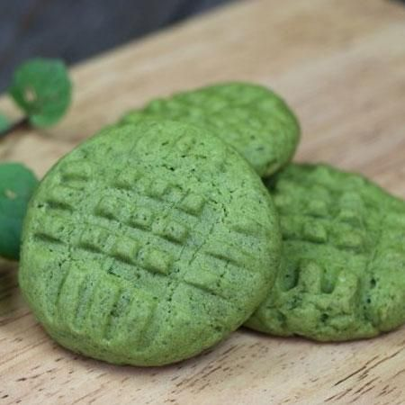 Мятное печенье получается очень нежным и вкусным, мята дает приятное свежее послевкусие и яркий зеленый цвет. Тесто для печенья должно быть мягким и немного липким, больше муки не нужно добавлять инач
