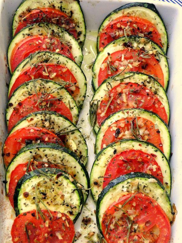Abobrinha italiana com tomates e ervas: