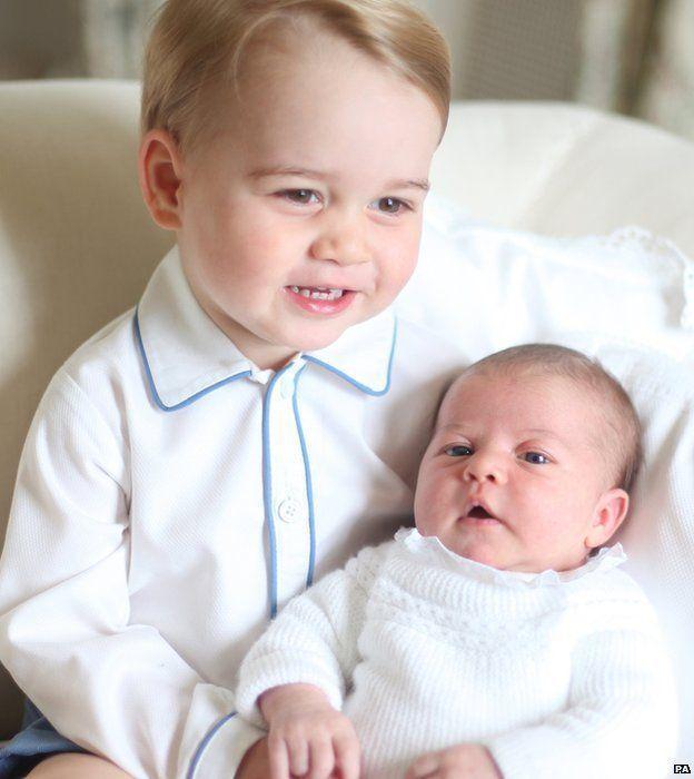 Principe George e a Princesa Charlotte. Em 06 de junho de 2014, o Palácio de Kensington, no sábado lançou o primeiro retrato oficial de Prince George e sua nova irmã, a princesa Charlotte. Foi tomada por Catherine, Duquesa de Cambridge em meados de maio.