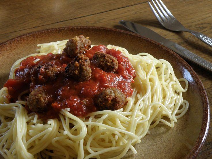 Gli spaghetti with meatballs, o spaghetti con le polpette, sono un classico della tradizione americana. La prima volta che ne ho sentito parlare è stato grazie a Joe Bastianich, o meglio da sua mamma, che ha proposto la sua ricetta originale.  Me la sono subito appuntata e ora sono qui a scriverla