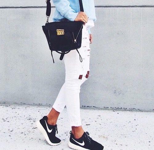 Si tienes estas sneakers negras de Nike, para este Septiembre un look al que recurrirás mucho es un jean blanco con un pullover claro.  #moda #mujer #pantalón #blanco #sneakers #Nike #negras