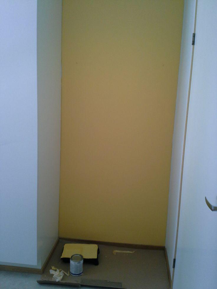 keltainen eteisen seinä