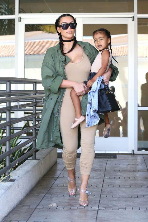 Démontrant une fois comment faire maman et moi le style correspondant, Kim Kardashian et du Nord-Ouest ont eu une journée de filles dans LA portant coordination des regards.  Le duo a enfilé des tresses françaises, colliers noirs et justaucorps nue (bien que du Nord sienne niché dans une paire de seuils de denim et a opté pour une paire de ballerines au lieu de lucite talons).