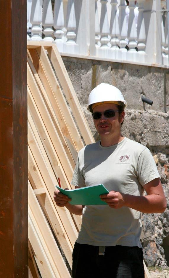 Alexandre planificando el montaje. navarrolivier.com  #wood #madera #constuccion #carpinteria #navarrolivier