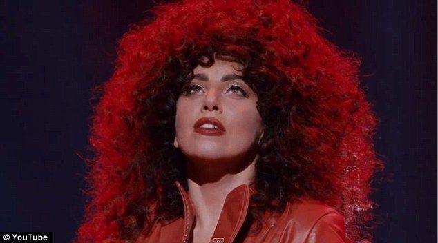Vaya grande o vaya a casa: Luciendo como una de los 80 Cher, que lucía una peluca rizada marrón voluminosa con una mancha de lápiz labial rojo brillante para acabar perfectamente fuera del equipo