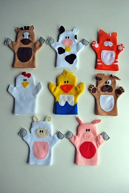 Old MacDonald puppet tutorial. Adorable hand puppets made from felt. Patterns for all animals shown, plus Old McDonald himself. #Puppets #Farm #Animals #Free
