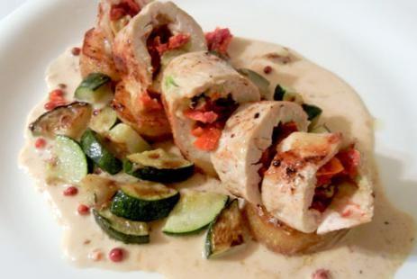 Рулет из индейки с овощами и сливочным соусом «Альфредо»