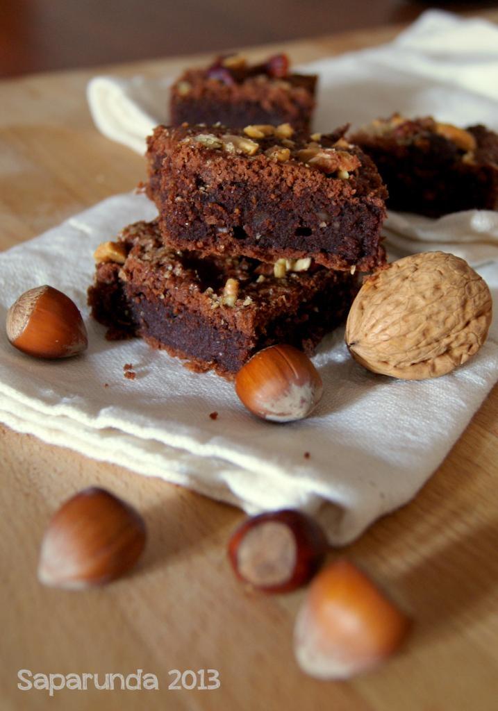 Quadrotti dolci di patate, cacao e frutta secca