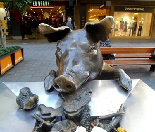 Oliver the Pig rifling through the bins bronze sculpture Rundle Mall, #Adelaide #Australia