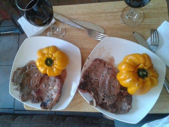 Chuletas de cerdo con morron relleno de risoto de verduras al vino blanco y queso camenbert