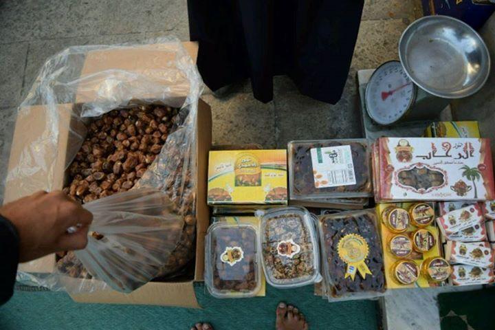 After prayer shopping of  caramel like dates from Saudi Arabia right next to the mosque in Cario.  Po modlitební nákup datlí jako z karamele ze Saudské Arábie hned vedle mešity v Káhiře.