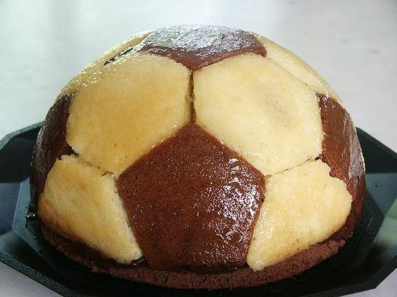 Gâteau ballon de foot : comment faire un gâteau en forme de ballon de foot ? - Elle à Table