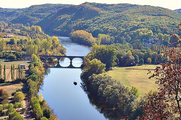 There are so many picturesque vistas along the Dordogne River. The terrace at Domme of a late afternoon is the perfect spot!