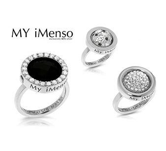 Nieuw van MY iMenso, ringen met een verwisselbare middensteen. De MY iMenso rings geven u de mogelijkheid om uw MY iMenso assemblee compleet te maken. Het systeem is gelijk aan die van het medaillon. De bovenste rand wordt gesloten met een stevig slot, waardoor de insignia's veilig op hun plaats blijven zitten.  Er zijn drie modellen ringen en vele soorten en kleuren edelstenen en insignia's. Zo kunt u uw medaillon en ring passend bij elkaar maken.