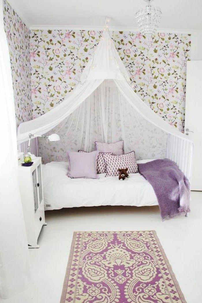 papier peint shabby chic, lit avec baldahin blanc, tapis beige violette dans la chambre ado fille
