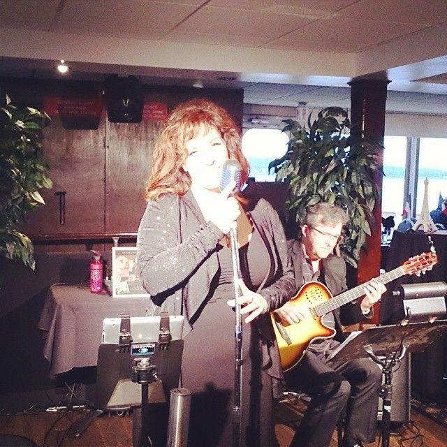 Ambiance sonore fort agréable grâce aux bons soins de Katee Julien et son guitariste. #aml #undimancheaparis