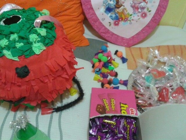 İçine şeker, balon,oyuncak ,çocukların sevebilecegi herseyi koyun.(cany,toy,.....)