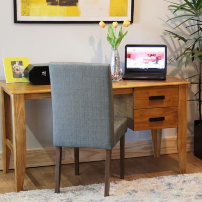 A Escrivaninha Parada Dura é produzida em madeira pinus certificada, e foi inspirada no requinte moderno da atualidade. Com duas gavetas e puxadores pretos.
