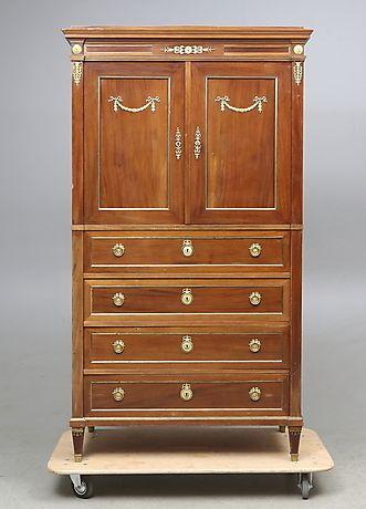 ... sengustaviansk stil, 1920-tal. Möbler - Skåp & Hyllor – Auctionet