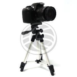 """Trípode económico fabricado en aluminio. Detalles y juntas fabricadas en plástico de color negro. Para fijación de cámaras fotográficas o cámaras de vídeo basadas en rosca de 1/4"""". Dispone de nivel tipo burbuja en la base de la peana de soporte. Se suministra con bolsa de transporte fabricada en lona de color negro. Altura plegado (mínima): 250 mm. Altura totalmente desplegado (máxima): 600 mm. Peso neto: 350 g. Carga máxima: 4 Kg."""