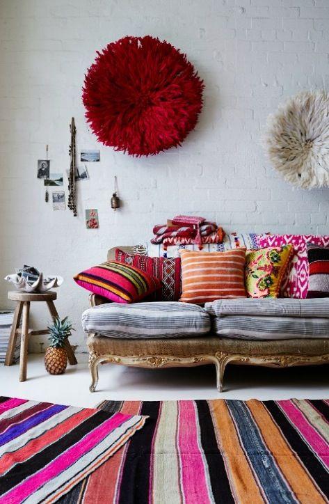 Sobreposição de tapetes é tendência na decor! Listrado, então, mais ainda ❤…