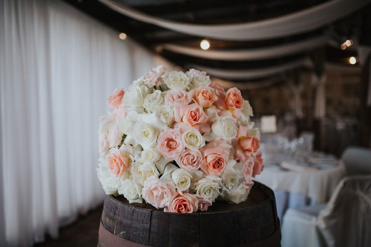 Classic bouquet in a rustic environment. Just love!