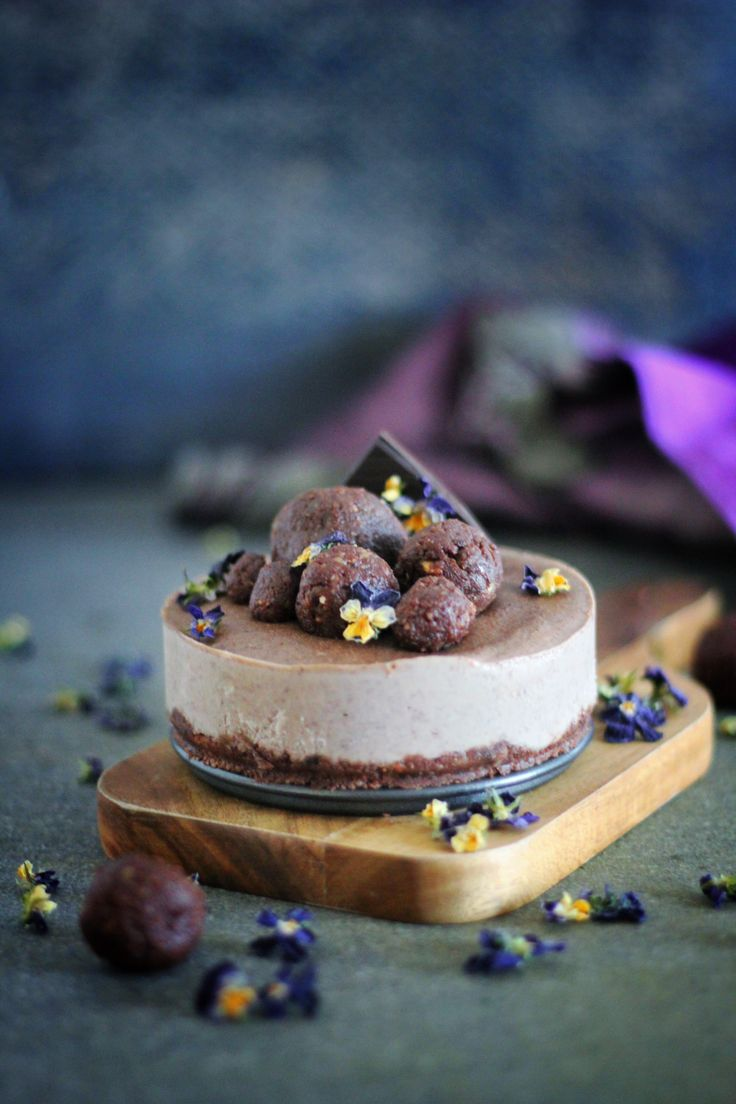 Chocolate Acai Raw Cake | raw vegan, gluten free, refined sugar free | viedelavegan.com